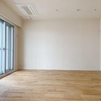 家具がないとこんな感じ。白い壁に無垢の木がはえますね〜
