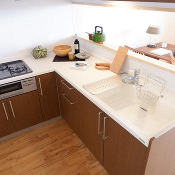 キッチンはL字で機能的です※家具はサンプルです