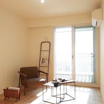 もう1つの洋室。こちらからもベランダに出られます※家具はサンプルです