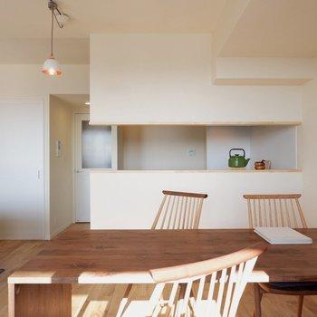 カウンターキッチンの前にダイニングがちょうどよい◎※家具はサンプルです