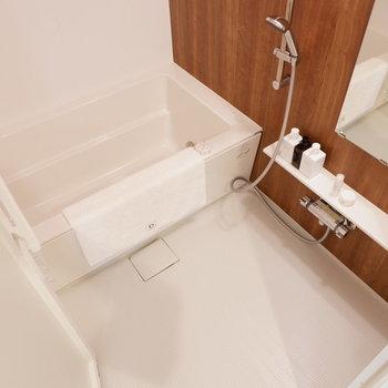 お風呂も落ち着いた色合いと、たっぷりした浴槽がうれしい♪※家具はサンプルです