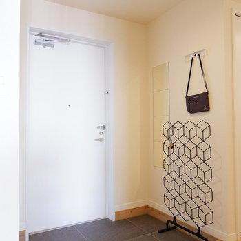 玄関はシックなグレータイル※家具はサンプルです