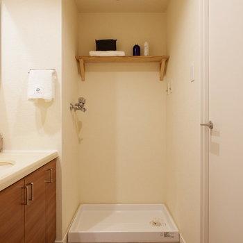 洗濯機置き場には便利な造作棚がついてます※家具はサンプルです