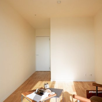 ベッドをおいても余裕のある間取りです※家具はサンプルです