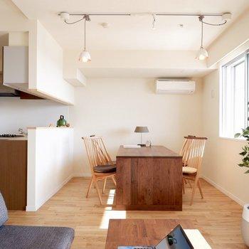 キッチン前にはダイニングテーブル※家具はサンプルです