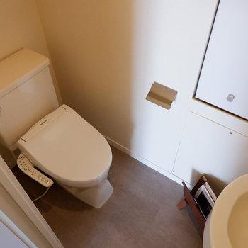 トイレはウォシュレット付きで小さな洗面台が付いています※家具はサンプルです