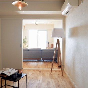 リビング奥の洋室へ※家具はサンプルです