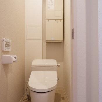 トイレは扉で仕切られています。