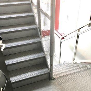 共用部】ワンフロアに1部屋なので、玄関出るとすぐ階段。