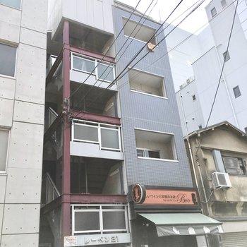 ほっそりした建物で、1階のバルが目印!