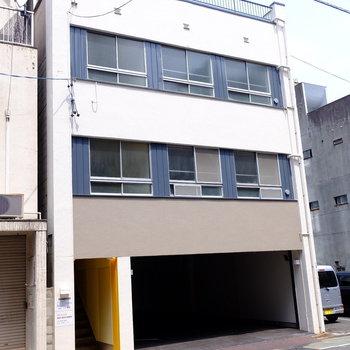建物はちょっぴりレトロ。1階部分が駐車場です。