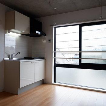 陽の光を浴びての調理は楽しそう。※写真は4階の同間取り別部屋のものです