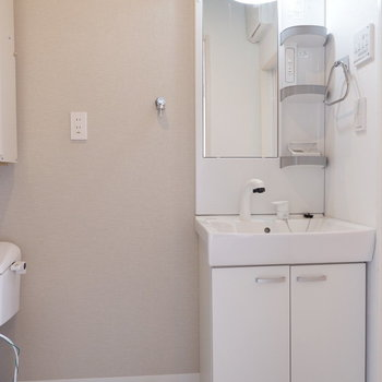 洗面台横に洗濯機置き場です。その横にトイレが。※写真は4階の同間取り別部屋のものです
