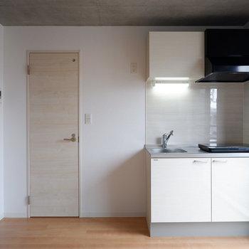 キッチン横に冷蔵庫を。※写真は4階の同間取り別部屋のものです