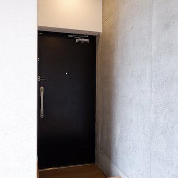 玄関はコンパクトです。※写真は4階の同間取り別部屋のものです