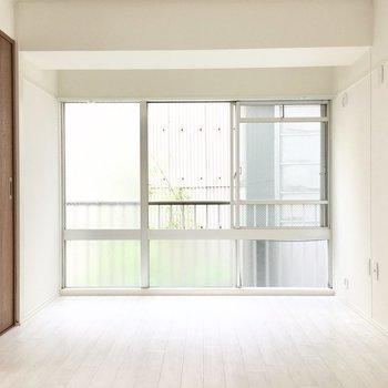 次は洋室へ。一面窓で明るさもバッチリ◎