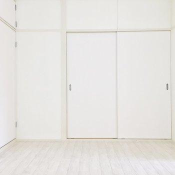 真っ白でシンプルな内装。