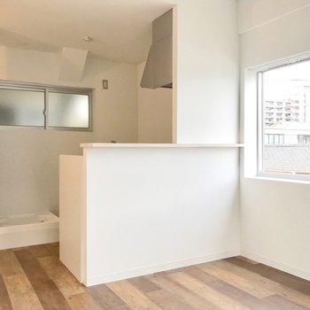 キッチンは対面式で使いやすそう。裏に洗濯機と冷蔵庫を置けます。