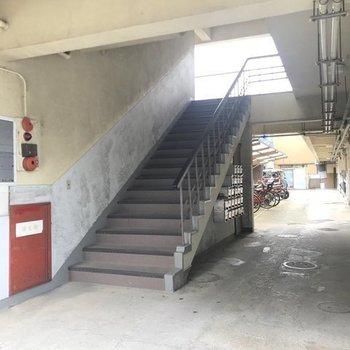 2階まではこの階段をのぼって。すぐにお部屋に到着!