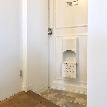 玄関扉はレトロ、白い塗装が爽やかです。