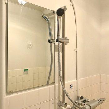 シャワーヘッドもシルバーで素敵!