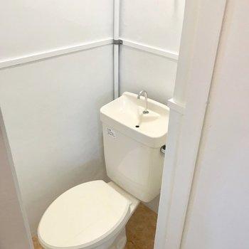 トイレには窓付き。ウォシュレットは取り付けられないのでカバーを付けよう。