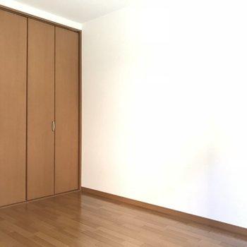 白い壁でどんな家具でも似合いますね◎(※写真は1階の反転間取り別部屋のものです)