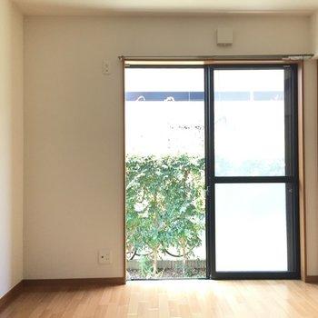 窓の左下にTVかな(※写真は1階の反転間取り別部屋のものです)