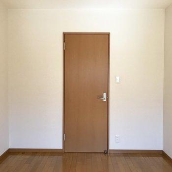 洋室2部屋目!(※写真は1階の反転間取り別部屋のものです)