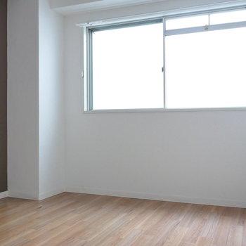 玄関側の洋室は約4.3帖。