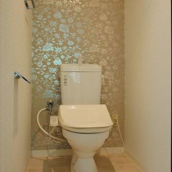 個室トイレ。 クロスが特徴的。