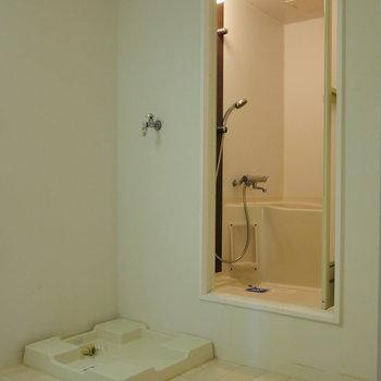 浴室前に洗濯機置場。
