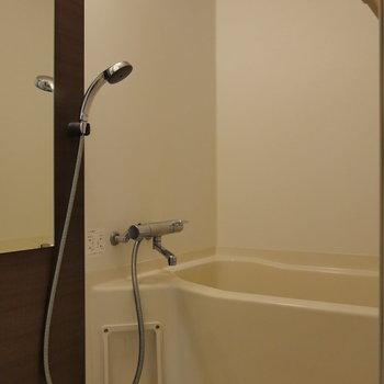 ブラウンな浴室。
