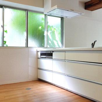 キッチンでも陽射しを感じられるお部屋です。
