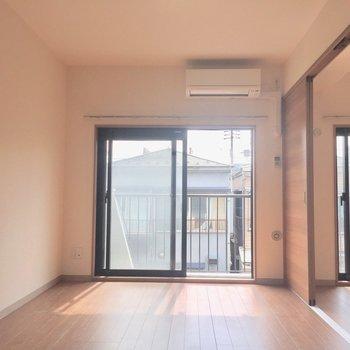 日向ぼっこが楽しみだあ※写真は2階の反転間取り別部屋、通電前のものです