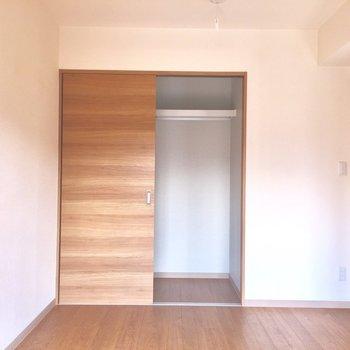 シンプルなお部屋。なんでも合わせられちゃう※写真は2階の反転間取り別部屋、通電前のものです