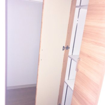 手前が靴箱で奥が収納でした!※写真は2階の反転間取り別部屋、フラッシュを使用しています