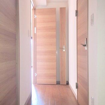 廊下部分右がお手洗いで左が水回りです※写真は2階の反転間取り別部屋、通電前のものです