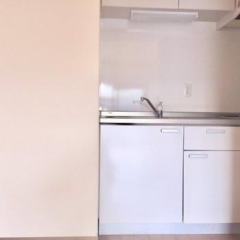 左側は冷蔵庫置き場※写真は2階の反転間取り別部屋、通電前のもので、フラッシュを使用しています