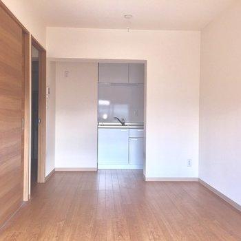 振り返るとキッチンが!※写真は2階の同間取り別部屋、通電前のものです