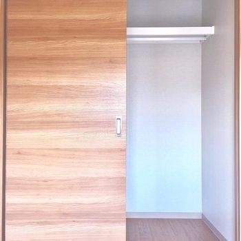 クローゼットはこんな感じ※写真は2階の同間取り別部屋、通電前のものです
