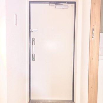 玄関です※写真は2階の同間取り別部屋、通電前のもので、フラッシュを使用しています