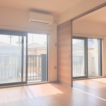 開け放っておくと開放的に。※写真は2階の同間取り別部屋、通電前のものです