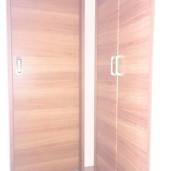 この扉は?※写真は2階の同間取り別部屋、通電前のもので、フラッシュを使用しています