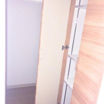 手前が靴箱で奥が収納でした!※写真は2階の同間取り別部屋、通電前のもので、フラッシュを使用しています