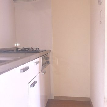 キッチンはこもり空間。ひとりの世界に没頭したい※写真は2階の同間取り別部屋、通電前のもので、フラッシュを使用しています