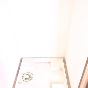 洗濯機は洗面台前に※写真は2階の同間取り別部屋、通電前のもので、フラッシュを使用しています