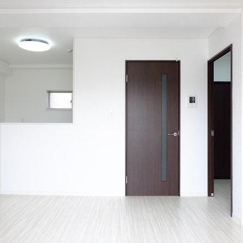 白を基調とした明るい室内です