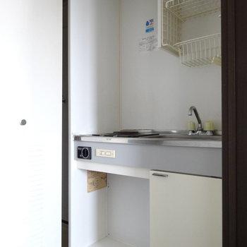 廊下の扉を開けるとコンパクトなキッチン登場!(※写真は清掃前のものです)