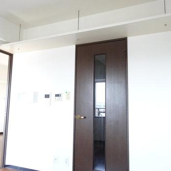天井にも収納スペース◎それではお隣の洋室へ。(※写真は清掃前のものです)